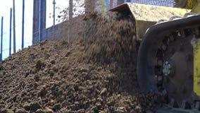 In langzame motie, graaft de bulldozer de grond op stock footage