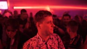 Langzame Motie Guy Dances Enjoying Band Performance onder Mensen stock videobeelden