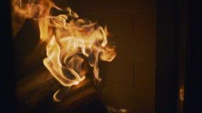 Langzame Motie, Heldere vlammensprong van logboeken die in open haard branden stock footage