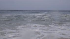 Langzame motie: het mooie blauwe reuze oceaangolf verpletteren stock footage