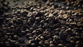 Langzame motie: koffiebonen die neer vallen stock footage