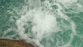 Langzame motie lage hoek van lip van kunstmatige waterval stock video