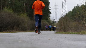 Langzame motie mannelijke atleet die op weg lopen stock footage
