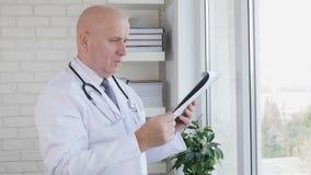 Langzame Motie met Arts Browsing Clipboard Pages die Medische Informatie lezen stock video