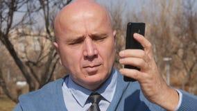 Langzame Motie met Businessperson Talking Business op Cellphone stock videobeelden
