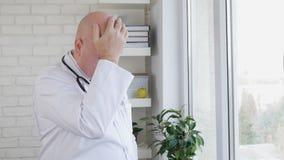 Langzame Motie met de Verstoorde en Teleurgestelde Gebaren van Artsenmaking nervous hand stock videobeelden
