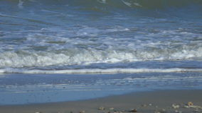 Langzame Motie Mooie Blauwe Reuze Oceaangolf die op Strand in Thailand verpletteren stock videobeelden
