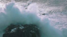 Langzame Motie Oceaangolven die op Rotsen breken stock video