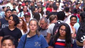 LANGZAME MOTIE-OPBRENGST 9: Menigte die door straat lopen In Mexico bevolking is het groeien een openbaar gepast probleem de hoge stock footage