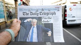 Langzame motie POV Boris Johnson de Daily Telegraph-krant stock videobeelden