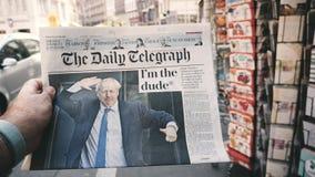 Langzame motie POV Boris Johnson de Daily Telegraph-krant stock footage