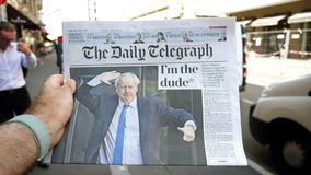 Langzame motie POV Boris Johnson de Daily Telegraph-krant stock footage