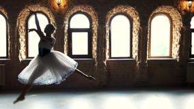 Langzame motie professionele ballerina die in studio dansen stock videobeelden