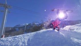 LANGZAME MOTIE: Snowboarding handplant over de zon stock footage