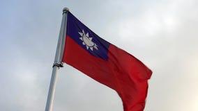 Langzame motie Taiwanese vlag die in de wind op vlaggestok bij een stad van Taipeh golven stock footage