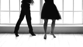 Langzame motie twee dansers die in balletstudio uitwerken stock footage