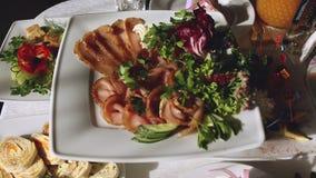 Langzame motie van banket in luxerestaurant met de beste dienst en smakelijk voedsel stock footage