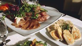 Langzame motie van banket in luxerestaurant met de beste dienst en smakelijk voedsel stock videobeelden
