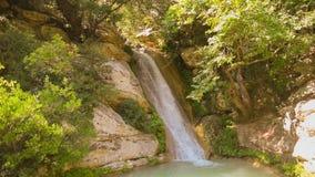Langzame motie van beroemde toeristische bestemmingsneda waterval in de Peloponnesus in Griekenland stock videobeelden