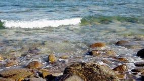 Langzame motie van de kustlijn van het overzees stock video