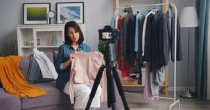 Langzame motie van de opnamevideo van de meisjesstilist over manier voor Internet-blog stock videobeelden