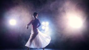 Langzame motie van de springende ballerina Geen gezicht HD stock footage