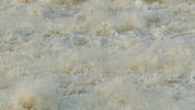 Langzame motie van de waterval de woedende stroom stock videobeelden