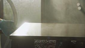Langzame motie van een arbeider het schilderen keuken houten deuren die nevelverf gebruiken stock video