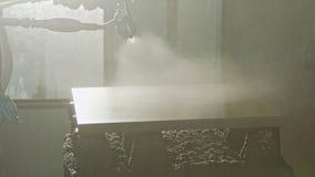 Langzame motie van een arbeider het schilderen keuken houten deuren die nevelverf gebruiken stock videobeelden