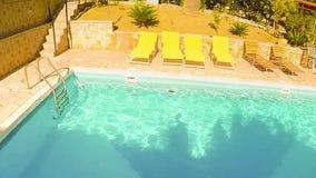 Langzame motie van een mens die van hoogte in de pool duiken Actiecamera bovenop hoofd wordt gebruikt dat Eerste persoonsmening stock video