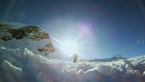 Langzame motie van een skiër die neer op de helling ski?en