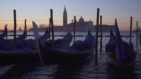 Langzame motie van gondels en bootverkeer in Venetië met San Giorgio Maggiore