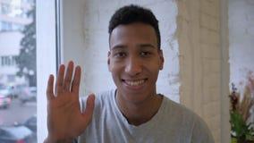 Langzame motie van hello door de Afrikaanse mens, golvende hand, onthaal stock footage