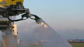 Langzame Motie van het bespuiten van ijsbestrijder op vliegtuigenvleugels Vliegtuig klaar voor vertrek stock video