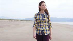 Langzame motie van het mooie vrouw lopen op strand stock video