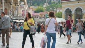 Langzame motie van mensen het lopen stock footage