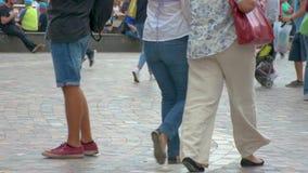 Langzame motie van mensen het lopen stock video