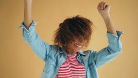 Langzame motie van opgewekt meisje die hoofd golvend haar draaien die pret het lachen hebben stock video