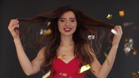 Langzame motie van schitterend brunette met luxueus haar stock videobeelden