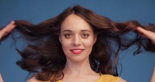 Langzame motie van schitterend brunette met luxueus haar stock footage