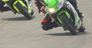 Langzame motie van sportmotorfietsen bij hoge snelheid tijdens een ras stock videobeelden