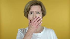 Langzame Motie van Verraste Oude die Vrouw in Schok op Gele Achtergrond wordt geïsoleerd stock video