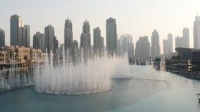 Langzame motie van waterstralen bij de zingende fonteinen stock video