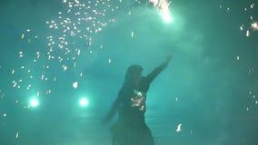 Langzame Motie Vuurwerk De brand toont met de dansende mens Het verbazen bij nacht Deel 50 stock video