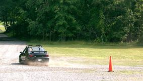 Langzame motieauto op grint stock video