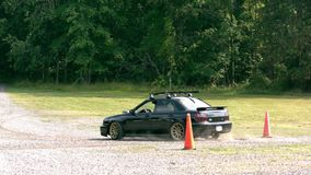 Langzame motieauto op grint stock footage
