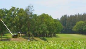 Langzame motiegolfspeler die golfbal op T-stuk weg raken stock footage