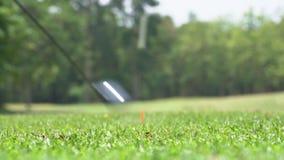 Langzame motiegolfspeler die golfbal op T-stuk weg raken stock videobeelden