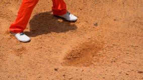 Langzame motiegolfspeler die schommelingsgolfbal op zandbunker raken stock video