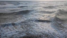 Langzame motiegolven die een kust breken stock footage